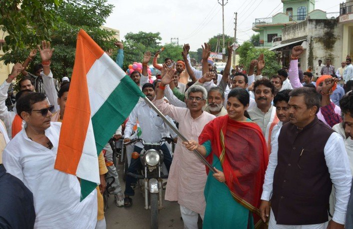 Tri-color journey with Bharat Mata shakes