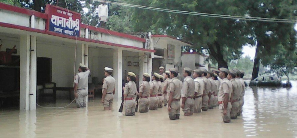 bahraich police celebrates independence day in flood water