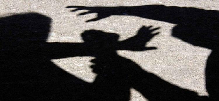 पुलिस लाइंस में रविवार की रात खाकी शर्मशार हो गई। एक सिपाही की बहन के साथ रेप किया गया। रेप करने का आरोप एक आरक्षी पर ही लगा।