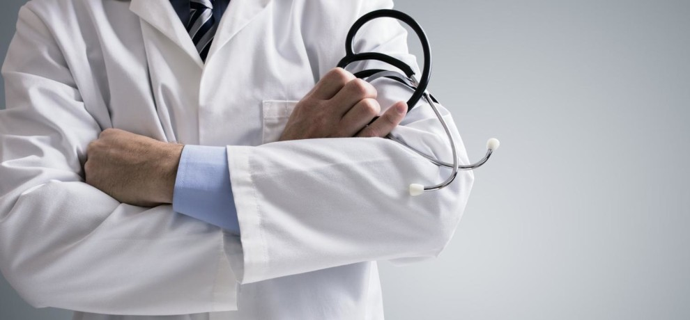 The private practice of government doctor can be a cause of cancellation of license