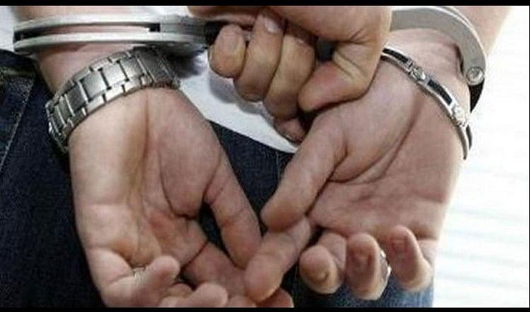 आजमगढ़ में साइबर क्राइम से परेशान फूलपुर पुलिस ने जौनपुर जिले के चार शातिर चोरों को गिरफ्तार किया है, जो एटीएम से पैसे निकालते थे। चारों के पास से तमंचा, कारतूस, बाइक, 15 एटीएम कार्ड और नगदी बरामद हुई है...