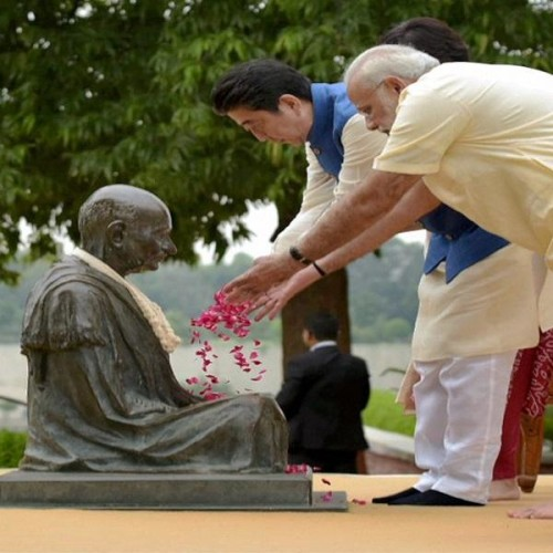 photo: PM shinzo Abe and his wife in color of India