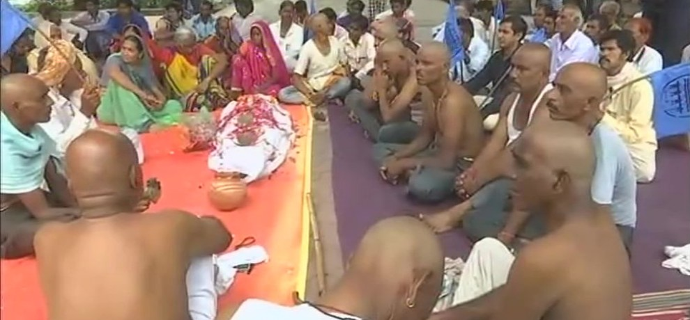 people shave heads and protest for rehabilitation of people displaced due to Sardar Sarovar Dam