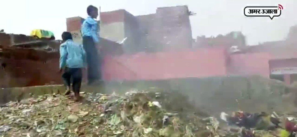 Student are studying on the road and near to garbage, this is Sarva Shiksha Abhiyan reality