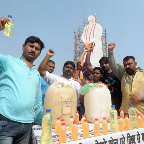 Congress protests against hike in rate of petrol and diesel