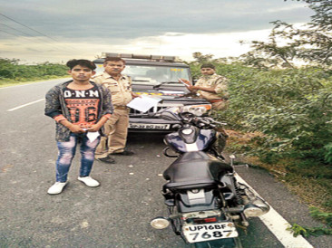 Three people who were stolen from Noida were injured in the accident