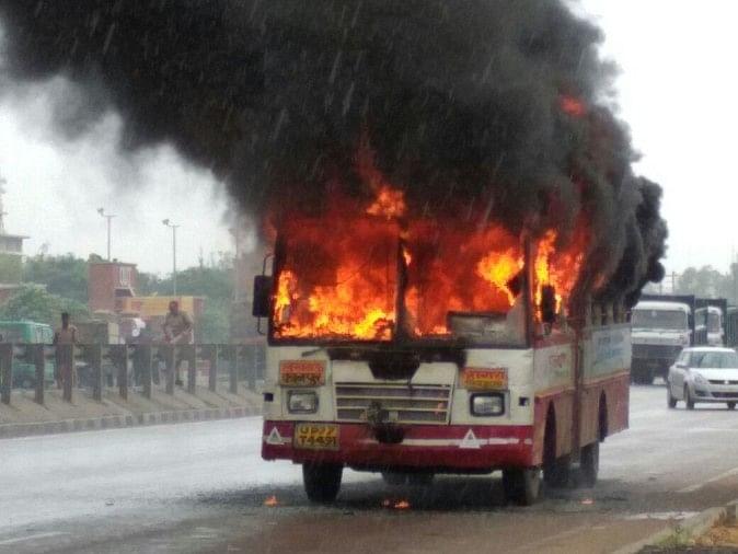 Look At Pictures, 'the Burning Bus', Passengers Fleeing To Save Lives. -  ...तस्वीरों में देखें, 'द बर्निंग बस', जान बचाने को सामान जलता छोड़ भागे  यात्री - Amar Ujala Hindi News Live