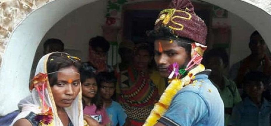 A Indian girl strike front her boyfriend house to get married