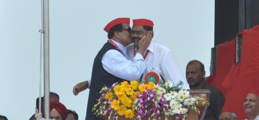 azam khan kissed indrajeet saroj in SP summit.