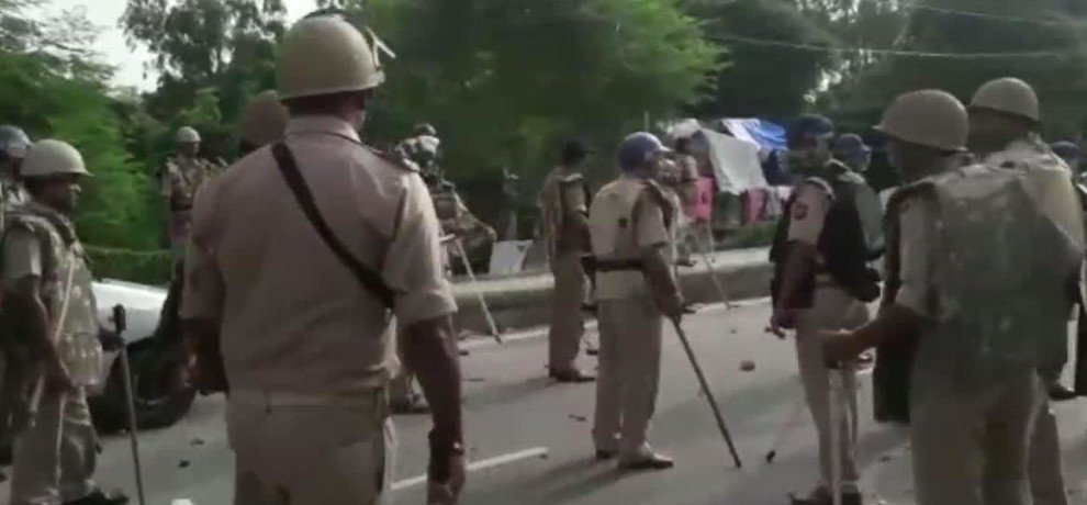 Stone pelting on police by gram rojgar sevak in lucknow