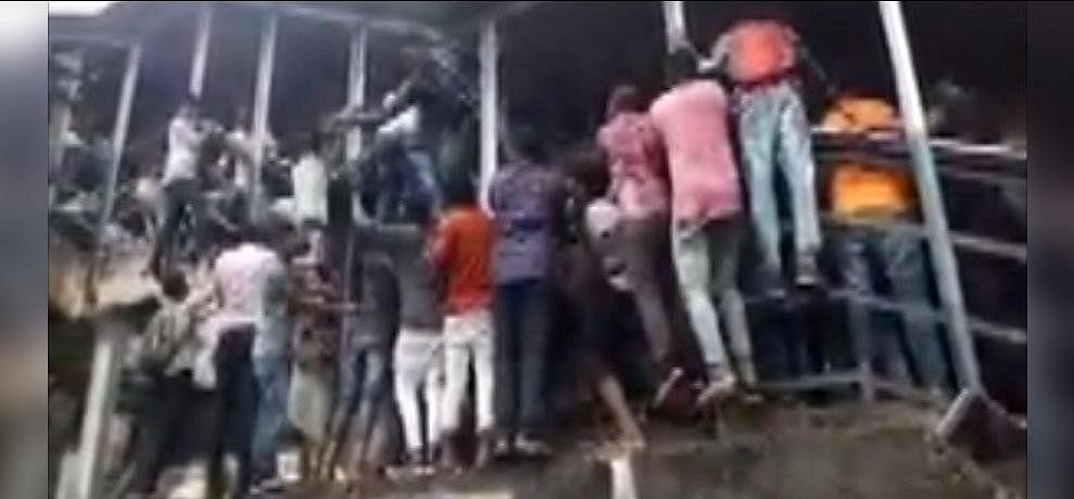Image result for मुंबई: एलफिंस्टन रेलवे ब्रिज पर भगदड़, 3 की मौत, 25 घायल