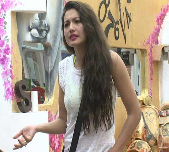 gauahar khan slams hina and support shipla on english in bigg boss