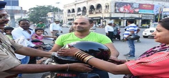Image result for लखनऊ में करवा चौथ पर पुलिस ने दिया लोगों को ये तोहफा