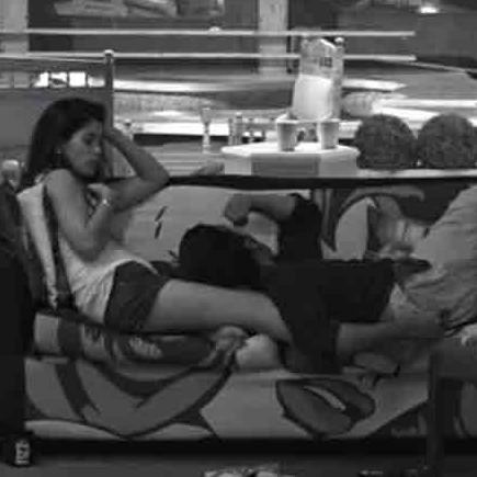 BIGG BOSS 11 THIS COUPLE ALWAYS DOING WRONG THINS AFTER SWITCHED OFF THE LIGHTS