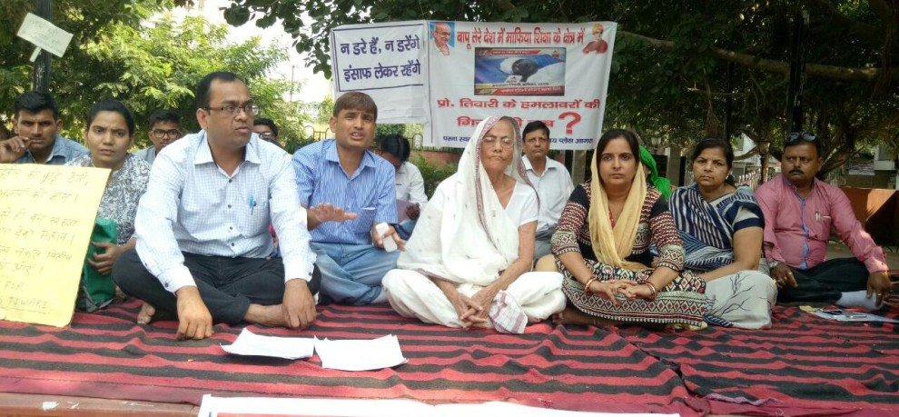 old mother in agra protesting for justice to her son