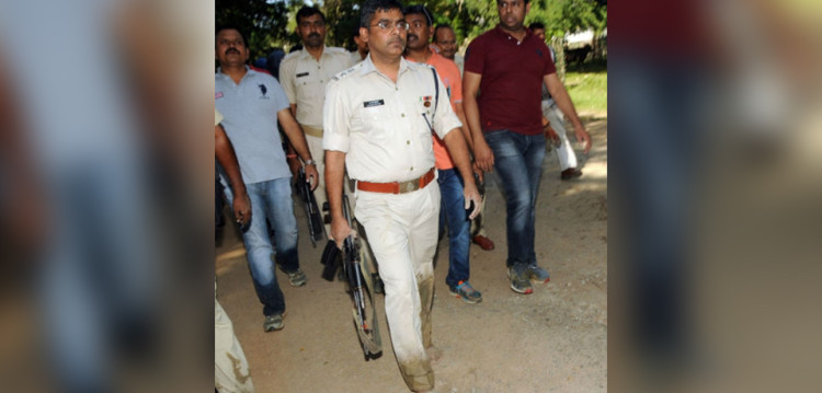 to caught goons in ranchi ssp of police jumped into mud with Ak-47