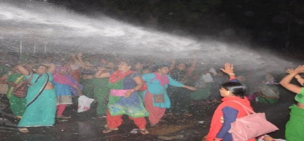 LATHICHARGE ON ANGANWADI WORKERS IN LUCKNOW HAZRATGANJ CHAURAHA
