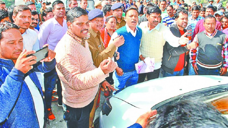 protesters attempt to stop cm trivendra Convoy in Karnprayag