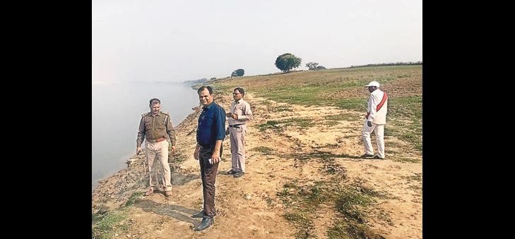 Mafia fleeing Yamuna Ghat on mining team information
