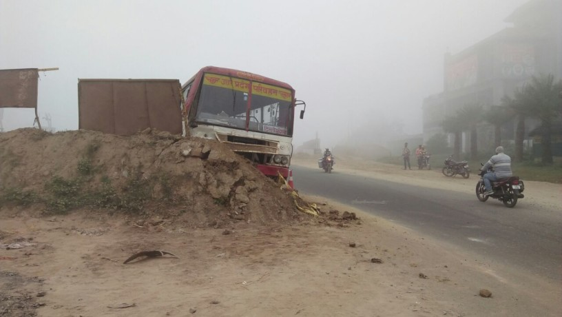 mitti ke dher me ghusi roadways bus