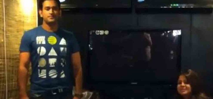 ms dhoni dance on desi boyz wife sakshi can not stop laughing