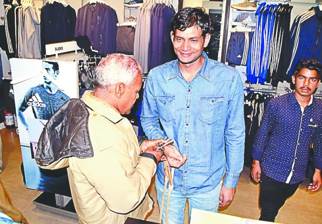 police ne badmaash ko aabulane par karaai shopping
