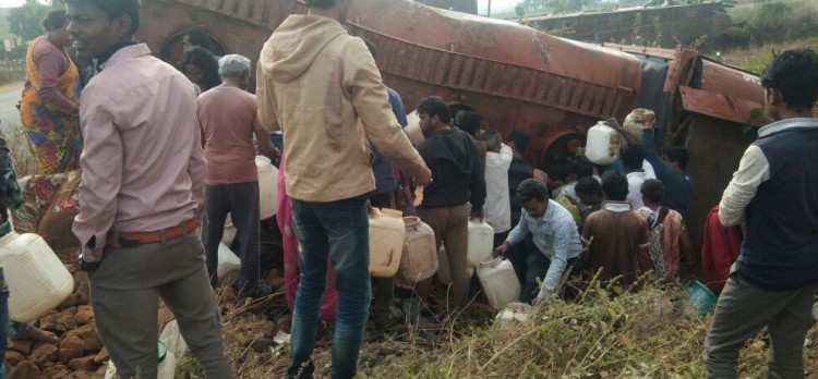 kerosene tanker overturns in mp dindori and people started to collect oil