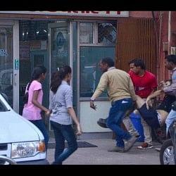 बीच सड़क लड़ते सांडों की चपेट में आया विदेशी नागरिक, दर्दनाक मौत