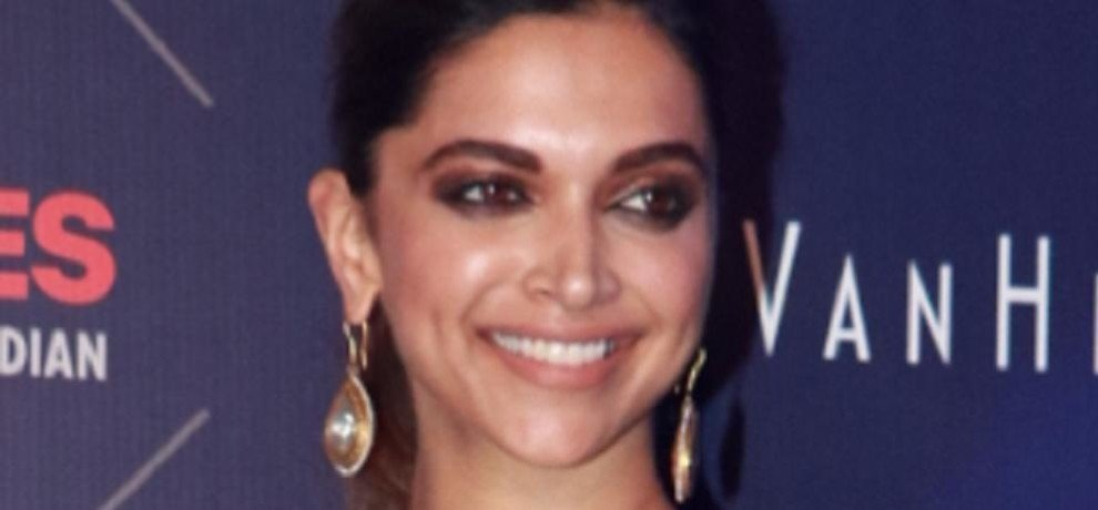 See the stunning look of Deepika Padukone when she wore the sexiest sari ever