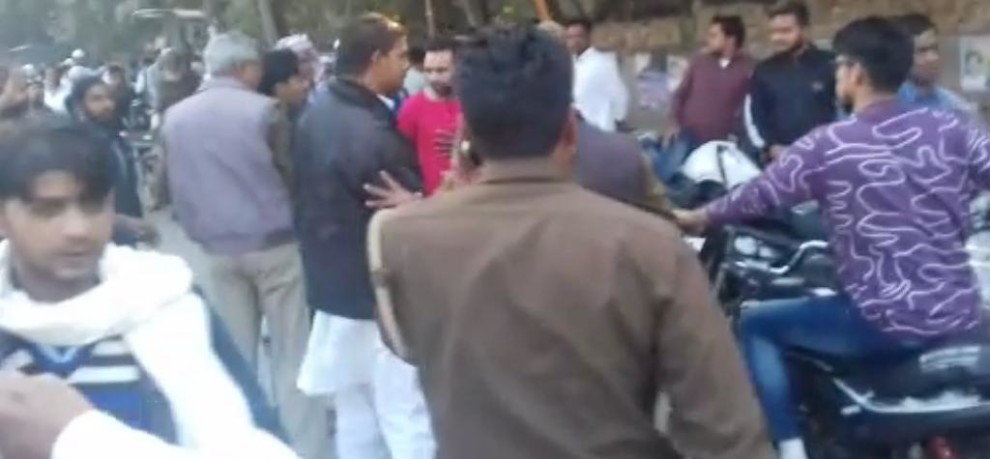 Police lathi charge in meerut during voting