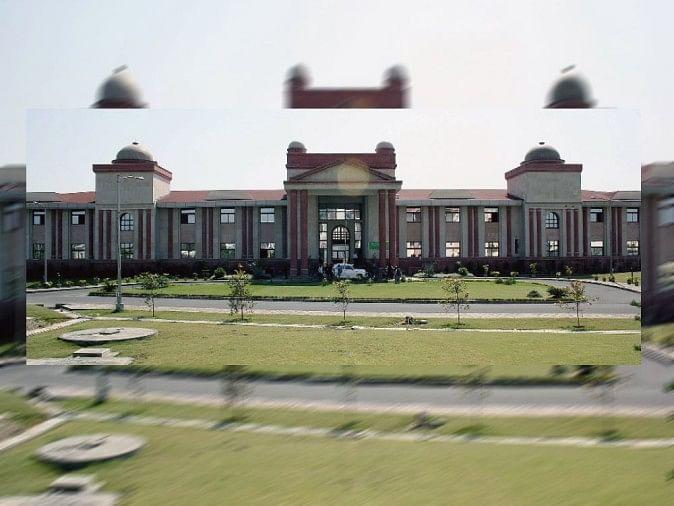 हाईकोर्ट ने दून विश्वविद्यालय के कुलपति डॉ. सीएस नौटियाल की नियुक्ति को गलत मानते हुए उसे निरस्त कर दिया है।
