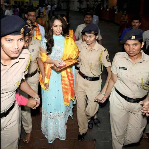 Miss world 2017 manushi chhillar reaches siddhivinayak temple and pay worship to bappa