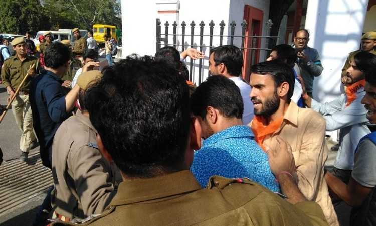 Abvp protest in rajasthan university, police stop them by lathi charge