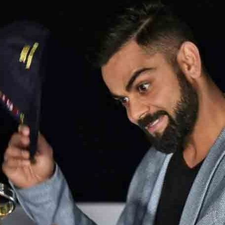 virat kohli gifts his willow to sri lankan cricketer kusal mendis