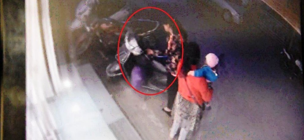 WOMEN THIEVES CAUGHT ON CCTV WHILE STEALING SCOOTY IN LUCKNOW