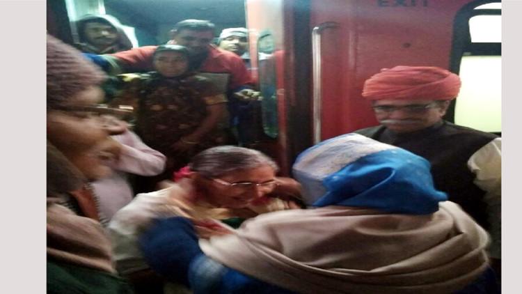 Wife of PM Modi yashoda ben came out from train to platform