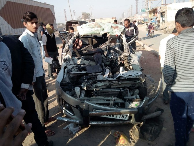 four died after car collied with truck on national highway 2 in agra