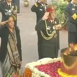 विजय दिवस: सेना प्रमुख के साथ अमर जवान ज्योति पहुंचीं रक्षा मंत्री, दी शहीदों को श्रद्धांजलि