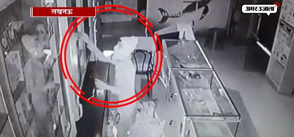 VIDEO: theft of mobile phone from the mobile shop in lucknow