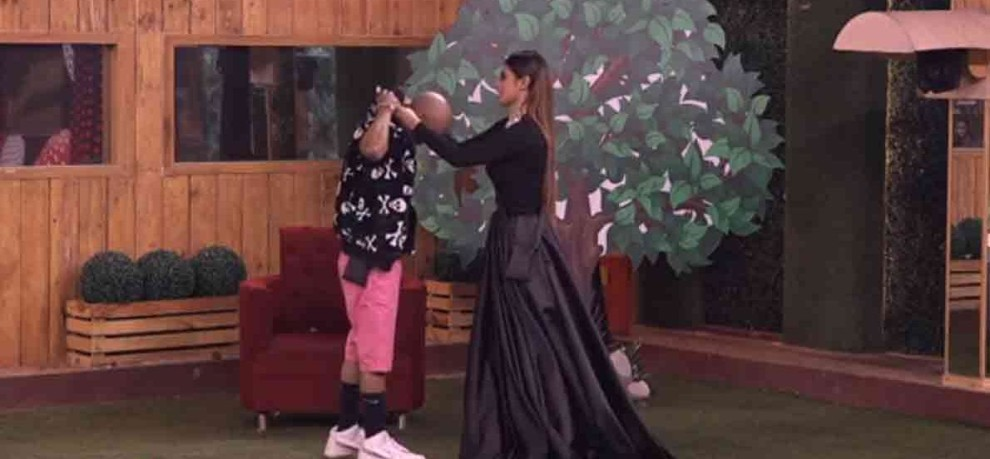 bigg boss 11 aakash said to mouni that yes i m addicted about sex