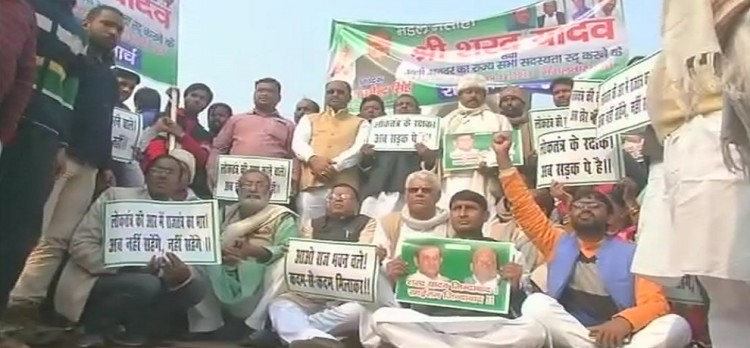 Sharad Yadav supporters marched to Raj Bhawan in patna raised slogans against Nitish kumar