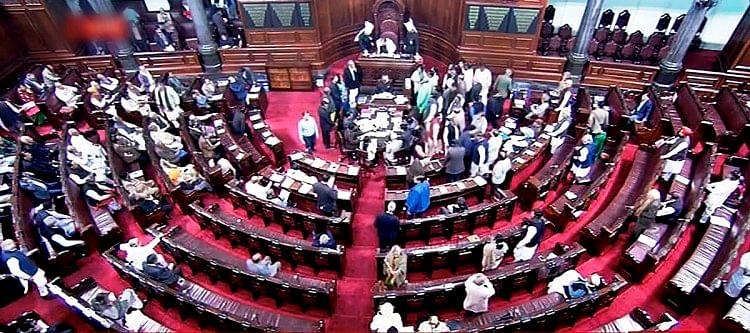 सदन में हंगामा करते हुए लोकसभा अध्यक्ष के आसान के करीब पहुंचे कांग्रेस और टीडीपी के सांसद.