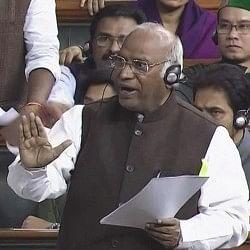 संसद में विपक्ष पर नजर रख रहा एक अधिकारी, कांग्रेस ने स्पीकर से की शिकायत