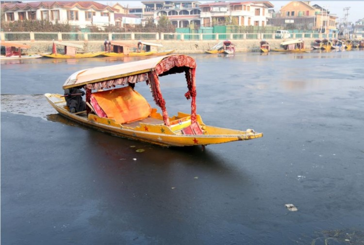 Freezing kashmir famous dal lake in winters