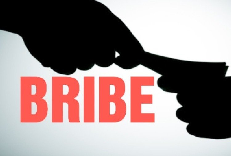 head constable caught red handed while taking bribe