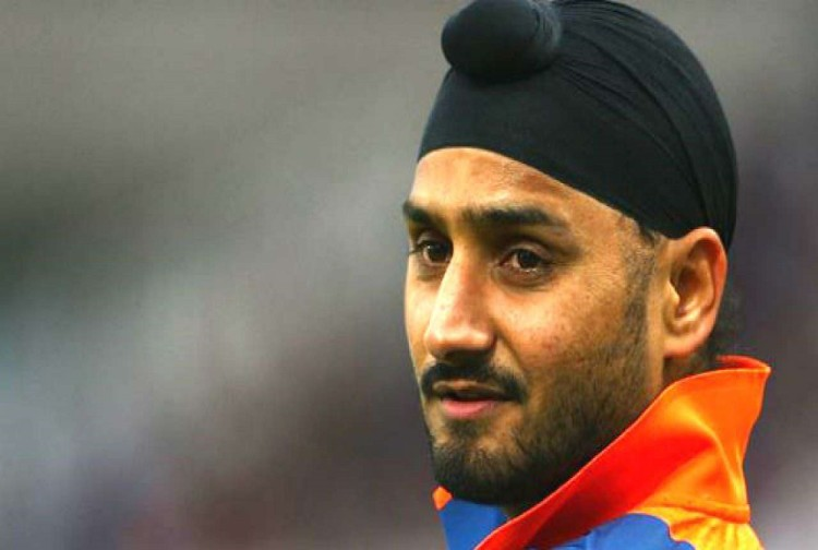 harbhajan singh post a video on twitter of airlines staff