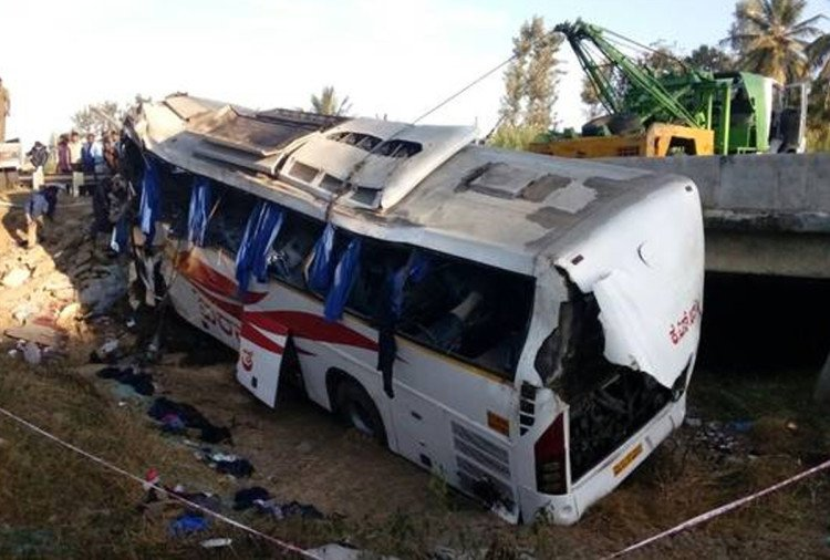in Karnataka eight dies and many injured after a bus falls in pond