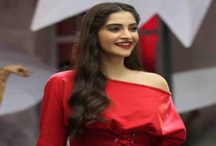 sonam kapoor big statement on her first menstrual cycle in padman promotion