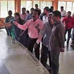 एक्टर प्रकाश राज ने जिस स्टेज से दिया भाषण, भाजपा नेताओं ने गोमूत्र से किया उसका शुद्धिकरण