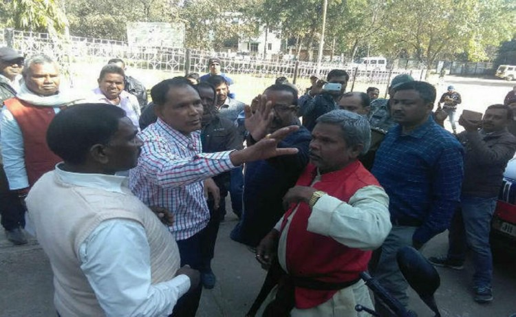 Latehar: BJP leader Rajdhani Yadav slaps and argues with District transport officer arrested